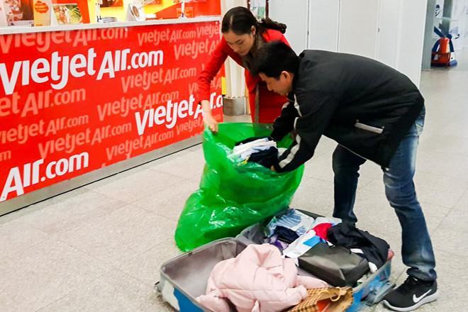 Vali hành khách VietJet vỡ toang sau chuyến bay về quê ăn Tết-2