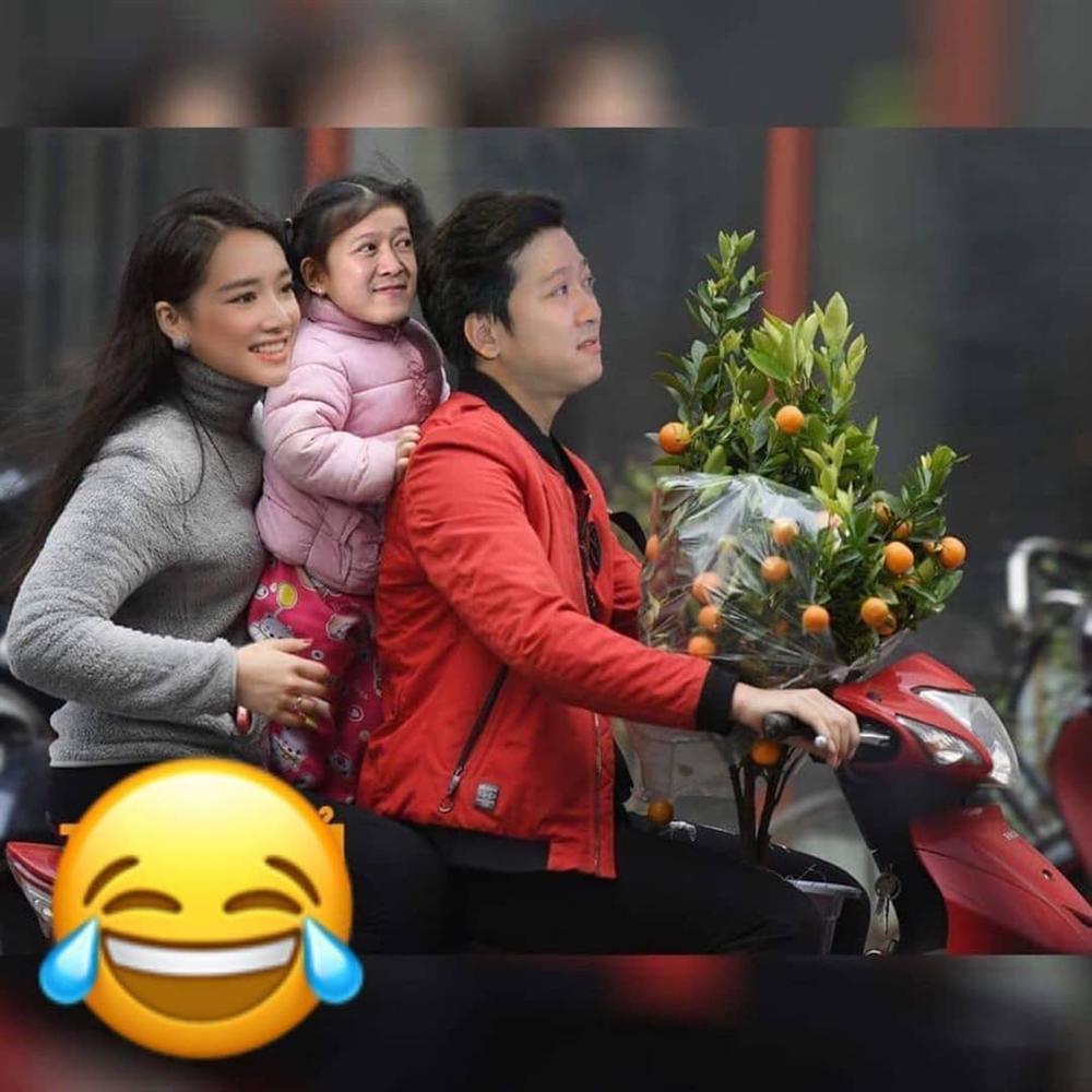 ẢNH CHẾ SỐT XÌNH XỊCH: Kim Lý kẹp 3 bằng xe đạp đưa Hồ Ngọc Hà và Subeo đi chợ sắm Tết-2