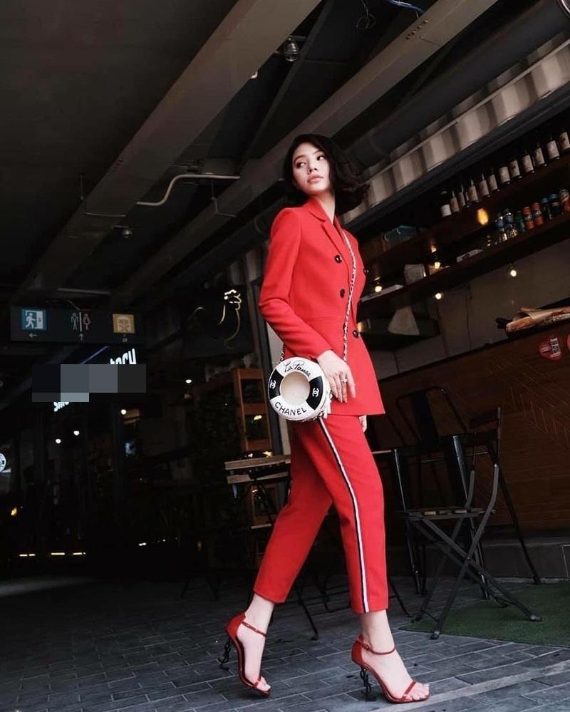 Dạo phố ngày cận Tết, Khánh Linh khoác lên người 200 triệu đồng - Phương Ly cầu kì như công chúa-1