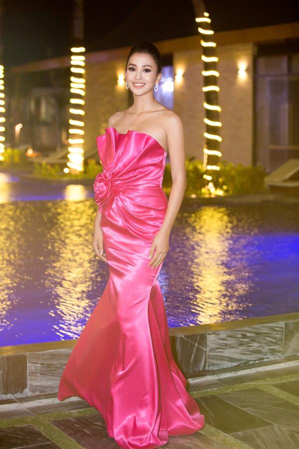 Đẹp rụng rời cả năm xong đến cuối năm Hoa hậu Tiểu Vy lại lọt top SAO MẶC XẤU vì bộ cánh sến sẩm-1