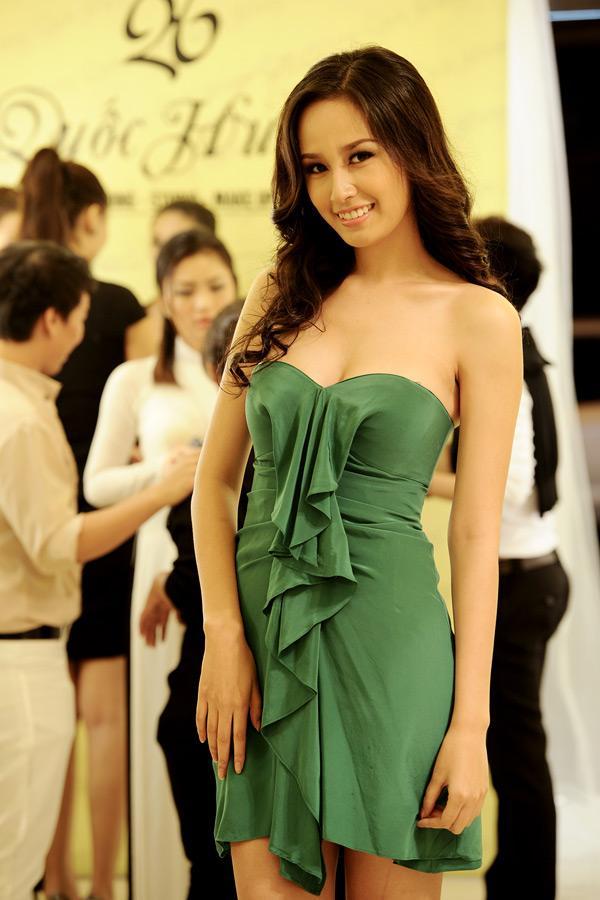 Đến Lan Khuê, Mai Phương Thúy cũng phải chào thua Ngọc Trinh khoản mặc đầm ống 60 phân sexy-9