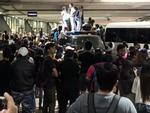 Fan Black Pink tại Philippines trèo lên nóc xe, rượt đuổi thần tượng
