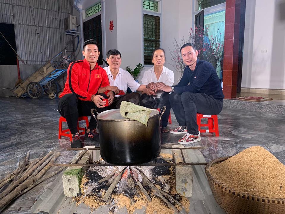 Tuyển thủ Việt Nam có nhà mới, xe xịn đón Tết Kỷ Hợi bên gia đình-5