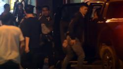 Khoảnh khắc cảnh sát khống chế người đàn ông ôm bình xăng cố thủ ở nhà