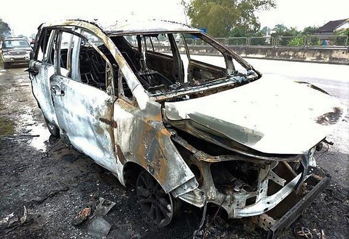 Ôtô chở người về quê ăn Tết cháy trơ khung-1