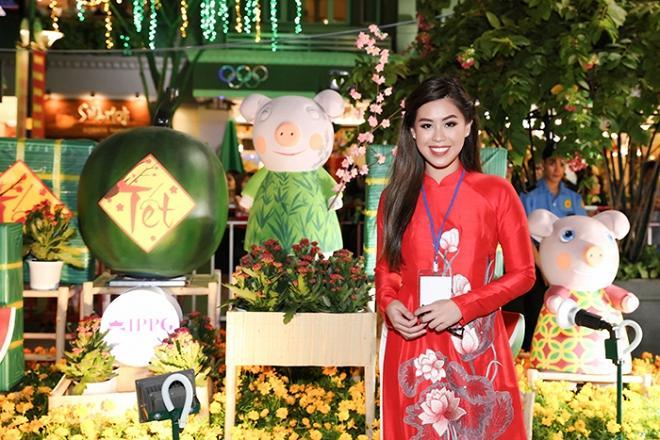 Chả cần khoác lên người hàng hiệu, hội em chồng Hà Tăng vẫn gây náo loạn khi chụp ảnh bên đường hoa tết-2