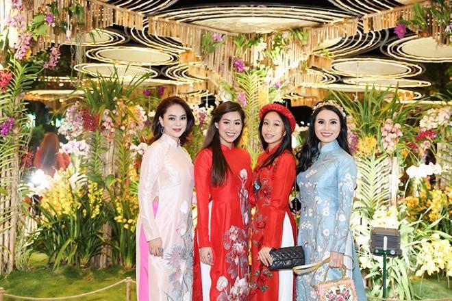 Chả cần khoác lên người hàng hiệu, hội em chồng Hà Tăng vẫn gây náo loạn khi chụp ảnh bên đường hoa tết-6