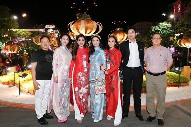 Chả cần khoác lên người hàng hiệu, hội em chồng Hà Tăng vẫn gây náo loạn khi chụp ảnh bên đường hoa tết-7