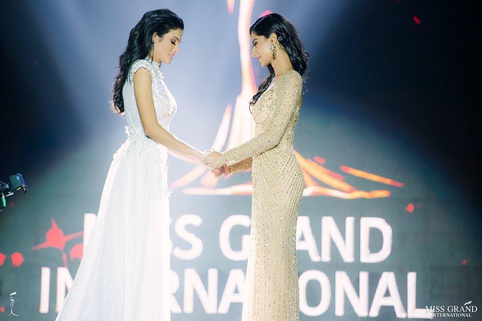 HẾT HỒN: Lăn đùng bất tỉnh trên sân khấu, Hoa hậu Hòa bình 2018 được trao giải Đăng quang ấn tượng-2