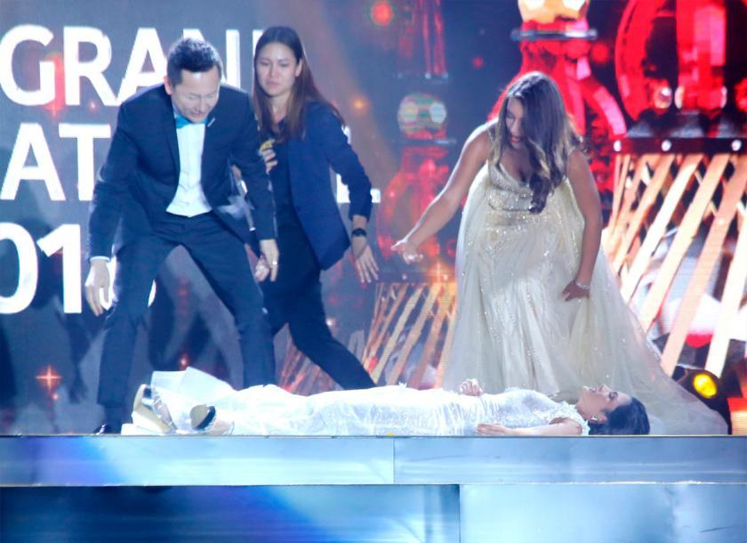 HẾT HỒN: Lăn đùng bất tỉnh trên sân khấu, Hoa hậu Hòa bình 2018 được trao giải Đăng quang ấn tượng-6