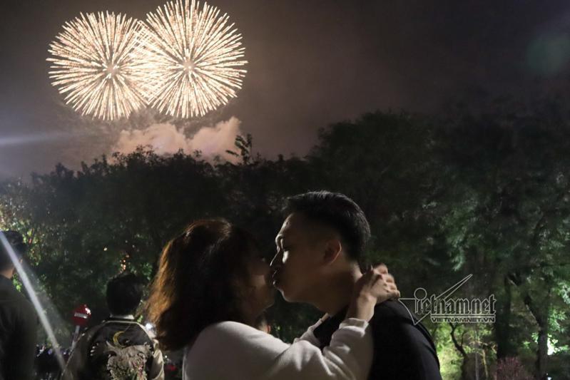 Nụ hôn nồng cháy dưới màn pháo hoa đêm Giao thừa ở Hà Nội-2