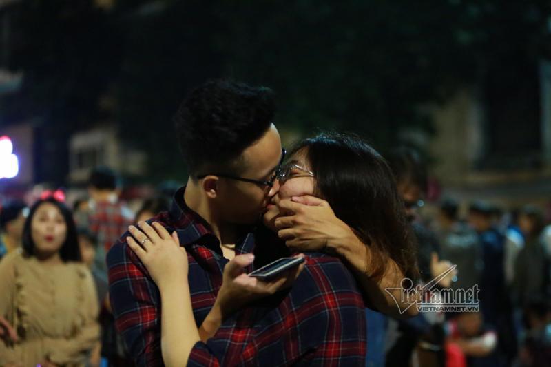 Nụ hôn nồng cháy dưới màn pháo hoa đêm Giao thừa ở Hà Nội-4