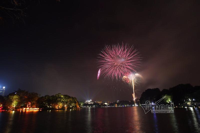 Nụ hôn nồng cháy dưới màn pháo hoa đêm Giao thừa ở Hà Nội-5