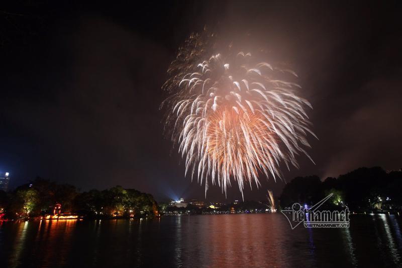 Nụ hôn nồng cháy dưới màn pháo hoa đêm Giao thừa ở Hà Nội-6