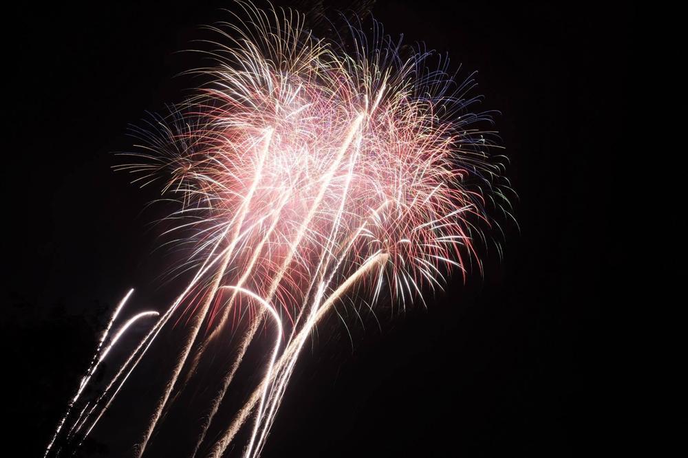 Nụ hôn nồng cháy dưới màn pháo hoa đêm Giao thừa ở Hà Nội-9