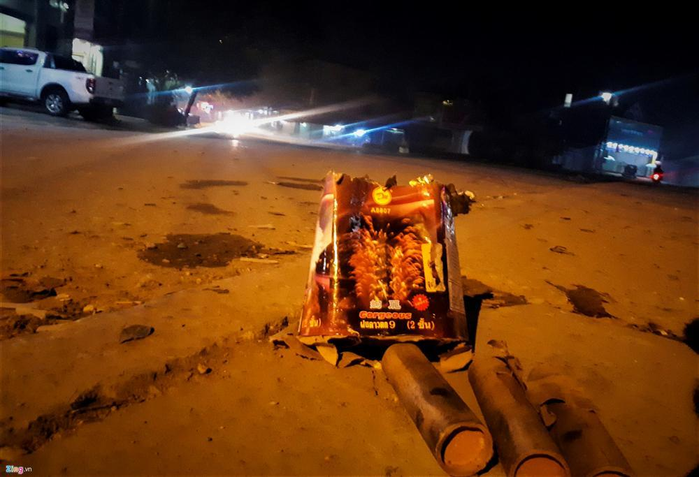 Xác pháo vương vãi đầy đường sau đêm giao thừa-4