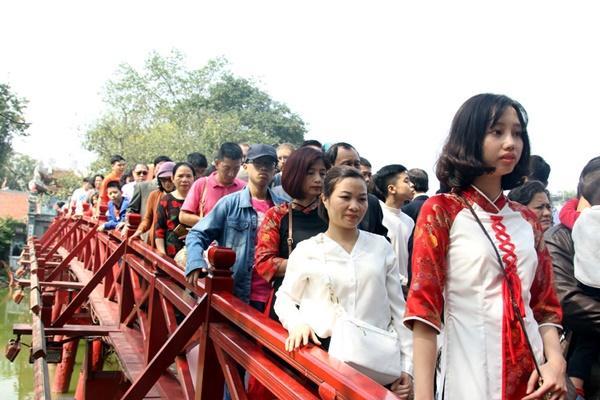 Mùng 1 Tết nắng chang chang, ngàn người chen chân lễ phủ Tây Hồ-17