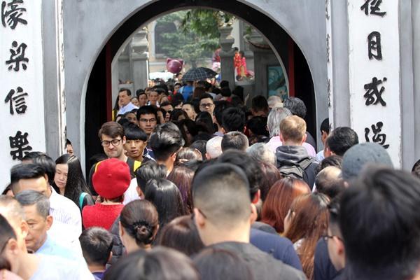 Mùng 1 Tết nắng chang chang, ngàn người chen chân lễ phủ Tây Hồ-19