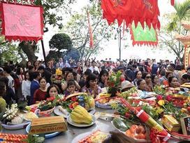 Mùng 1 Tết nắng chang chang, ngàn người chen chân lễ phủ Tây Hồ