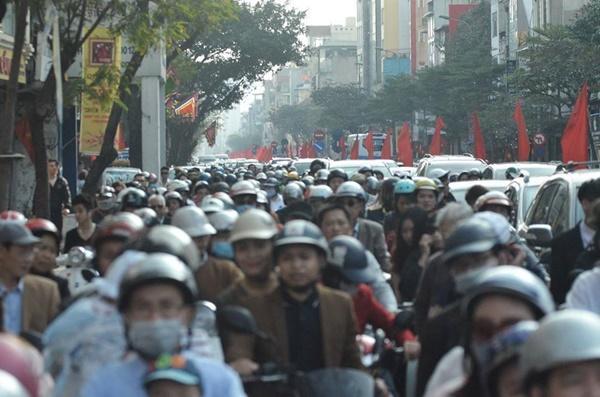 Chiều mùng 1 Tết: Đường phố Hà Nội đông nghẹt ô tô, xe máy-1