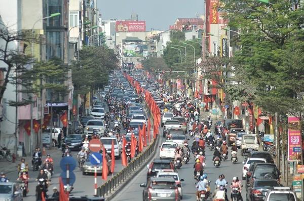 Chiều mùng 1 Tết: Đường phố Hà Nội đông nghẹt ô tô, xe máy-2