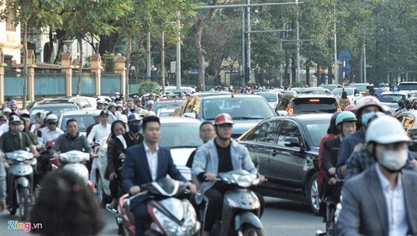 Chiều mùng 1 Tết: Đường phố Hà Nội đông nghẹt ô tô, xe máy-4