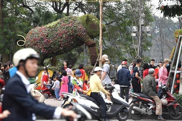 Chiều mùng 1 Tết: Đường phố Hà Nội đông nghẹt ô tô, xe máy-10
