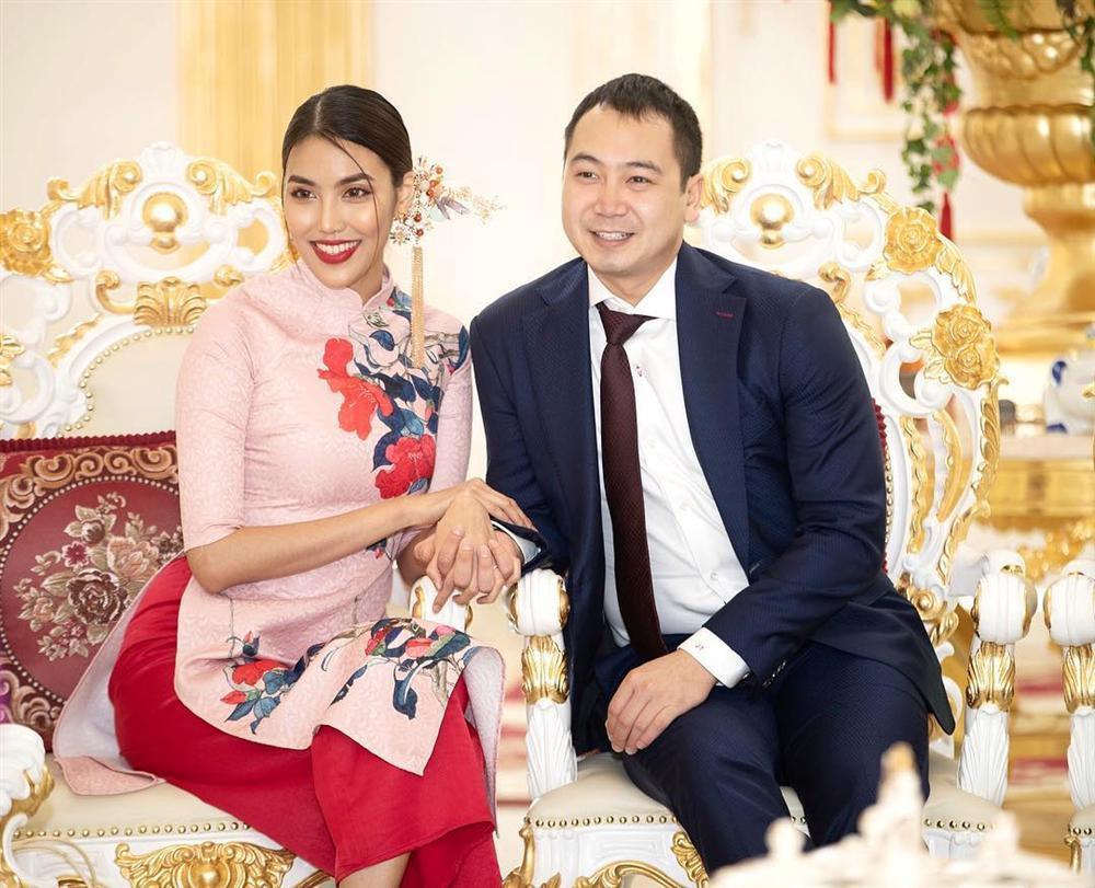 Dâu mới Lan Khuê sánh đôi chồng đại gia nhận lì xì trong biệt thự dát vàng của gia tộc giàu có-1