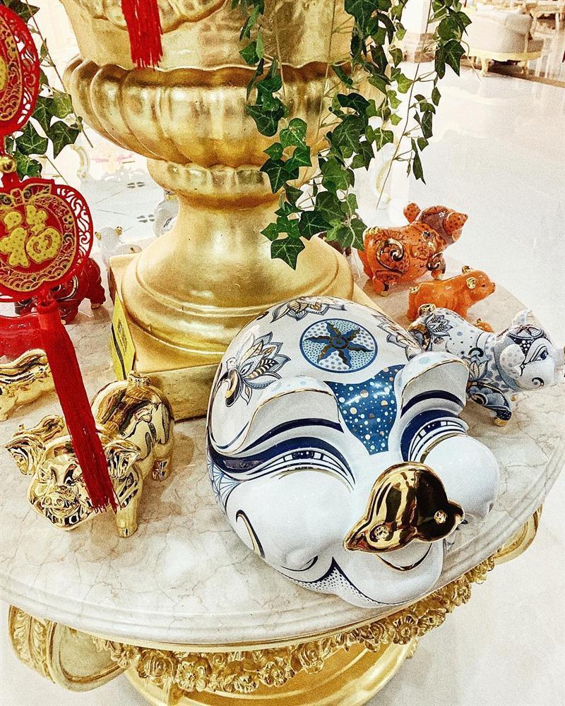 Dâu mới Lan Khuê sánh đôi chồng đại gia nhận lì xì trong biệt thự dát vàng của gia tộc giàu có-9