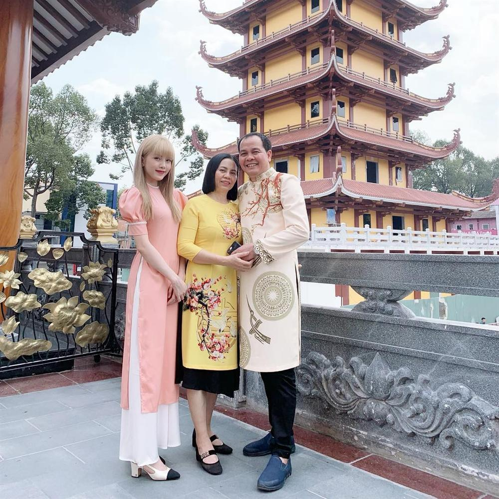 Sao Việt xúng xính diện áo dài ngày Tết: Angela Phương Trinh chơi lớn khi kết hợp với tông Lào giản dị-3
