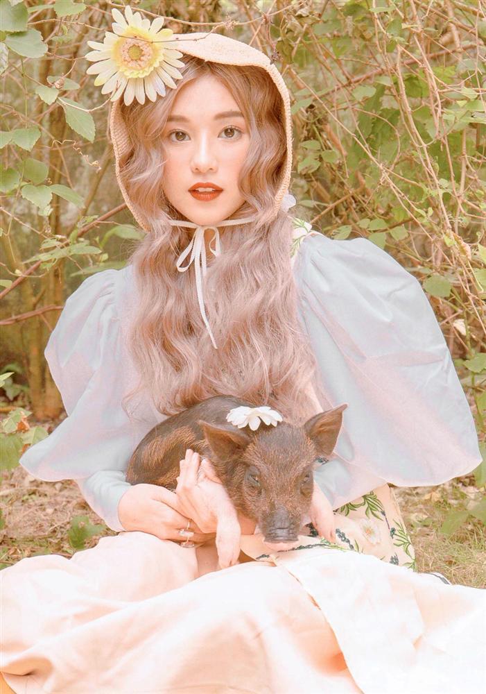 Trào lưu chụp hình cùng lợn: Chi Pu, Ngân 98 phản cảm bao nhiêu thì Lý Nhã Kỳ, Hoàng Yến Chibi lại mộng mơ bấy nhiêu-7