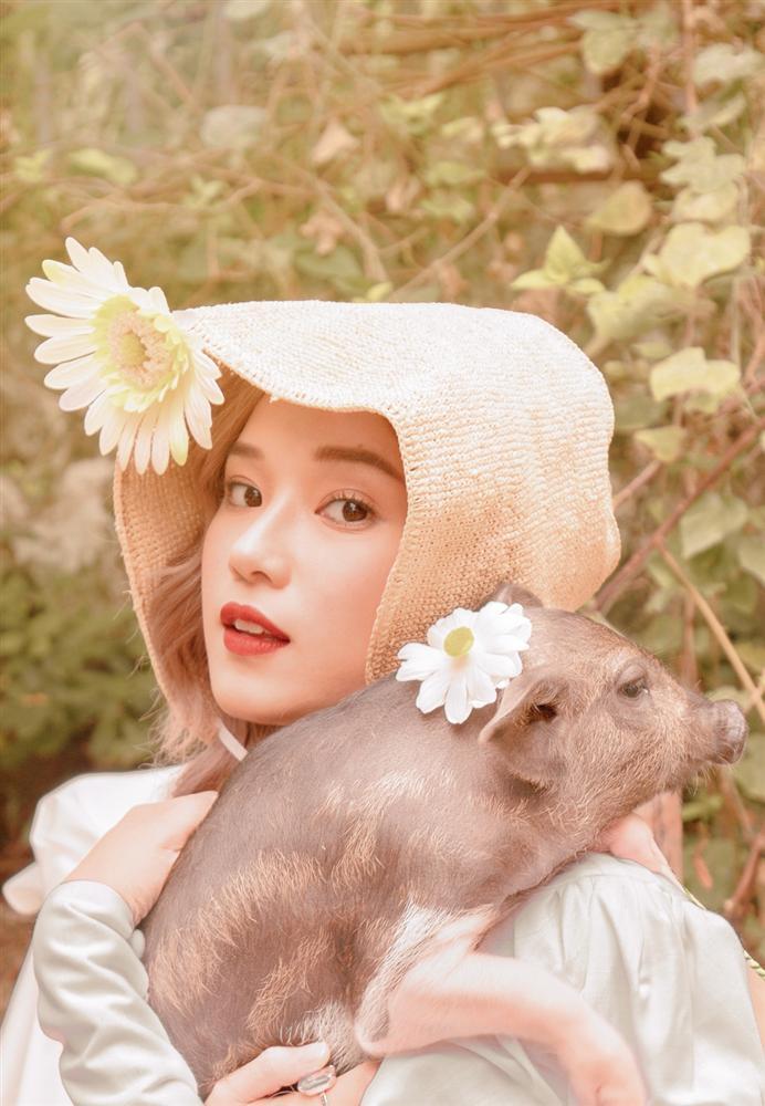 Trào lưu chụp hình cùng lợn: Chi Pu, Ngân 98 phản cảm bao nhiêu thì Lý Nhã Kỳ, Hoàng Yến Chibi lại mộng mơ bấy nhiêu-8