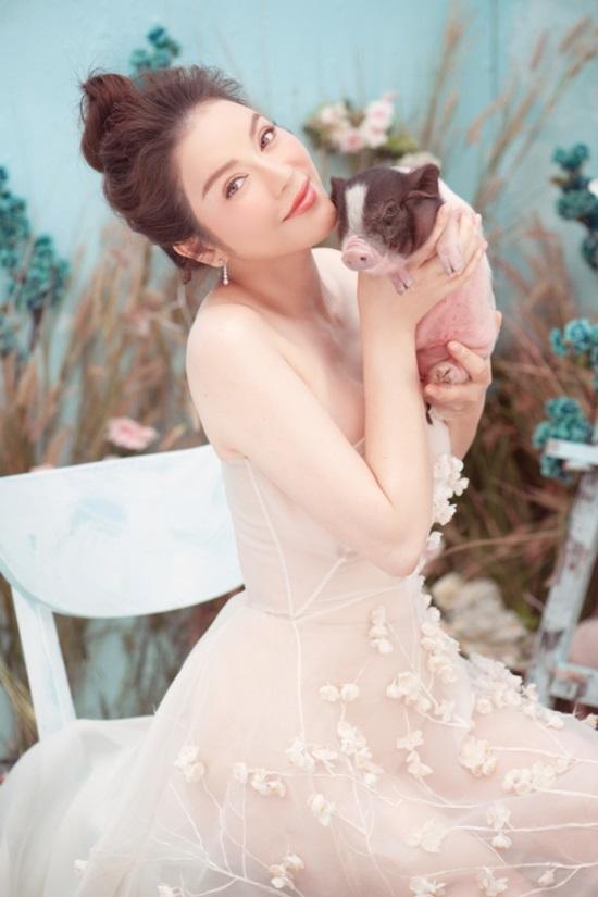 Trào lưu chụp hình cùng lợn: Chi Pu, Ngân 98 phản cảm bao nhiêu thì Lý Nhã Kỳ, Hoàng Yến Chibi lại mộng mơ bấy nhiêu-5