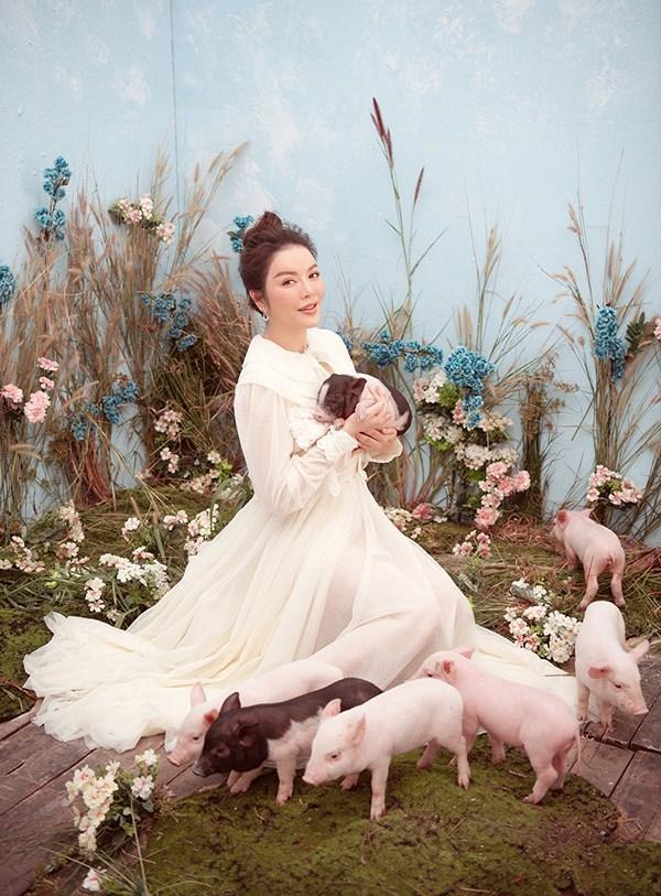 Trào lưu chụp hình cùng lợn: Chi Pu, Ngân 98 phản cảm bao nhiêu thì Lý Nhã Kỳ, Hoàng Yến Chibi lại mộng mơ bấy nhiêu-4