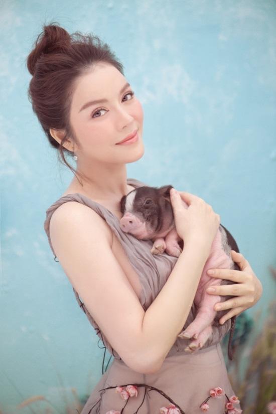 Trào lưu chụp hình cùng lợn: Chi Pu, Ngân 98 phản cảm bao nhiêu thì Lý Nhã Kỳ, Hoàng Yến Chibi lại mộng mơ bấy nhiêu-3