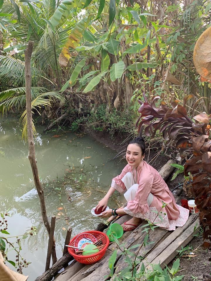 Angela Phương Trinh rửa bát bờ ao, vác dao chặt chuối khi về quê ăn Tết-13
