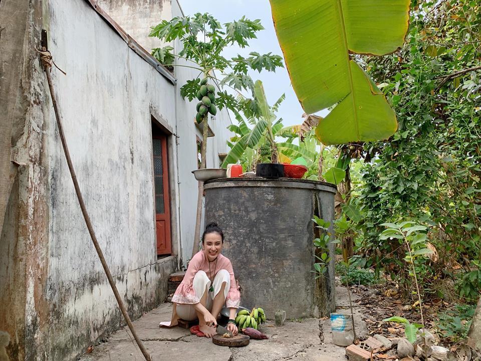 Angela Phương Trinh rửa bát bờ ao, vác dao chặt chuối khi về quê ăn Tết-11