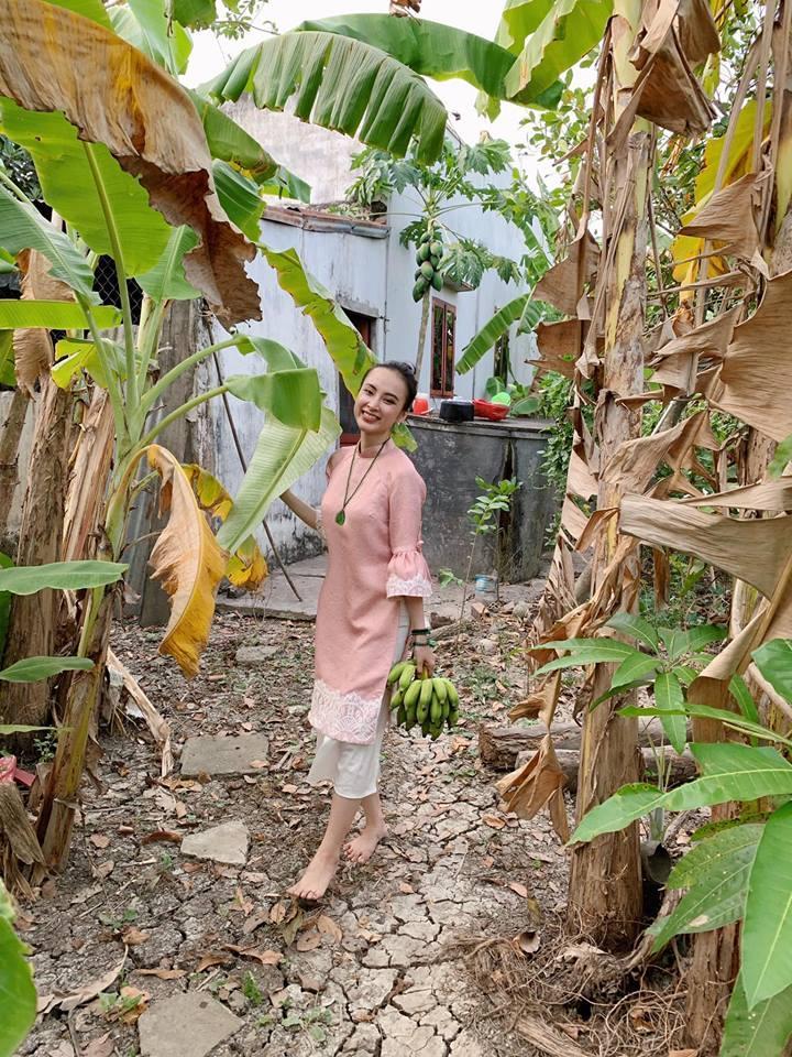 Angela Phương Trinh rửa bát bờ ao, vác dao chặt chuối khi về quê ăn Tết-10