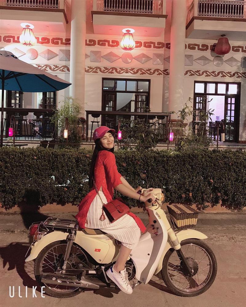 Vi vu du xuân bằng xe máy, hoa hậu Trần Tiểu Vy biểu cảm dễ thương hạ gục mọi ánh nhìn-1