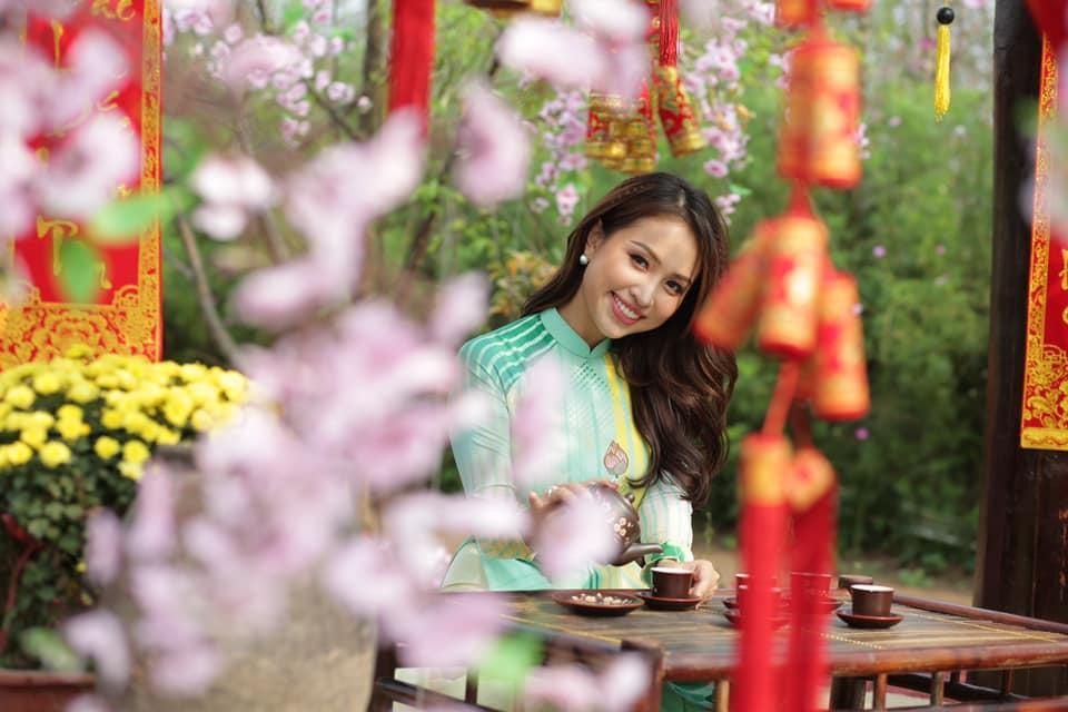 Vi vu du xuân bằng xe máy, hoa hậu Trần Tiểu Vy biểu cảm dễ thương hạ gục mọi ánh nhìn-8