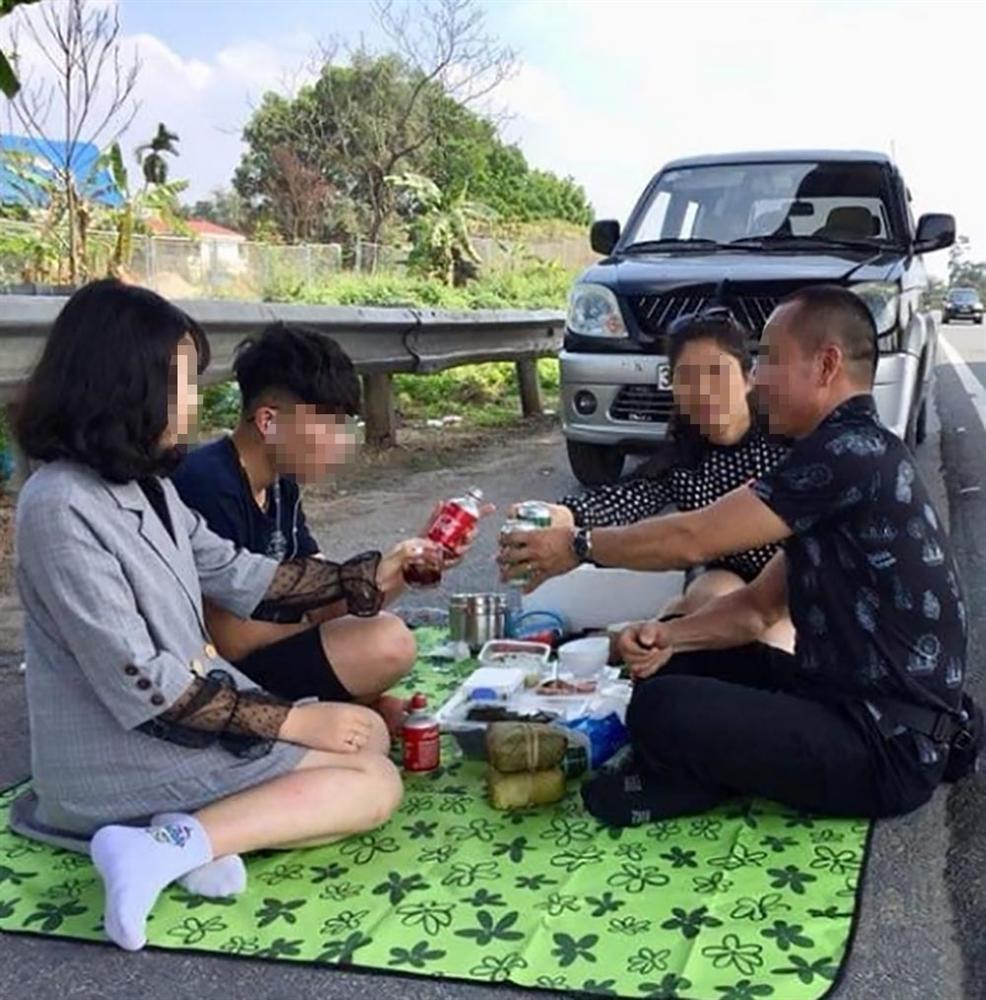 Kỳ lạ gia đình mở tiệc trên cao tốc Nội Bài - Lào Cai-1