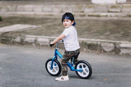 Mới hơn 3 tuổi, con trai Khánh Thi đã có bộ sưu tập đồ hiệu cả 100 triệu đồng-1