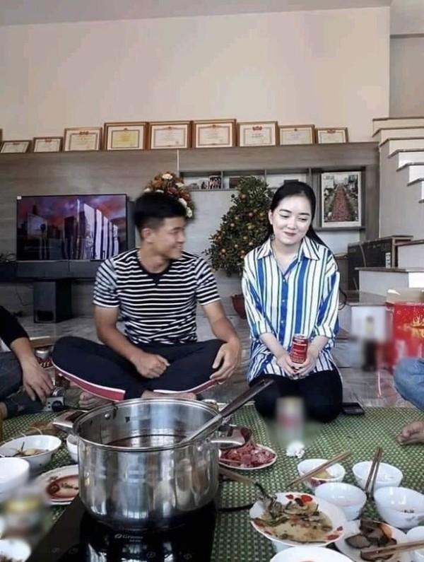 Đức Chinh cười tươi âu yếm, Hà Trang bẽn lẽn trong ngày ra mắt gia đình bạn trai nhưng phong cách của cô nàng mới là điều gây chú ý-1