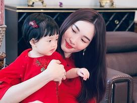 Ngắm mẹ con Đặng Thu Thảo diện áo dài ngày Tết, dân mạng trầm trồ: 'Thiên thần lại sinh ra một thiên thần'