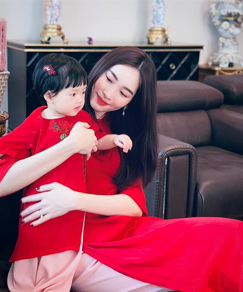 Ngắm mẹ con Đặng Thu Thảo diện áo dài ngày Tết, dân mạng trầm trồ: Thiên thần lại sinh ra một thiên thần-1