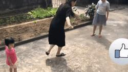 Vừa sinh mổ hơn 1 tháng, hot mom Hằng 'Túi' khiến người xem hết hồn vì chơi nhảy lò cò cùng các con