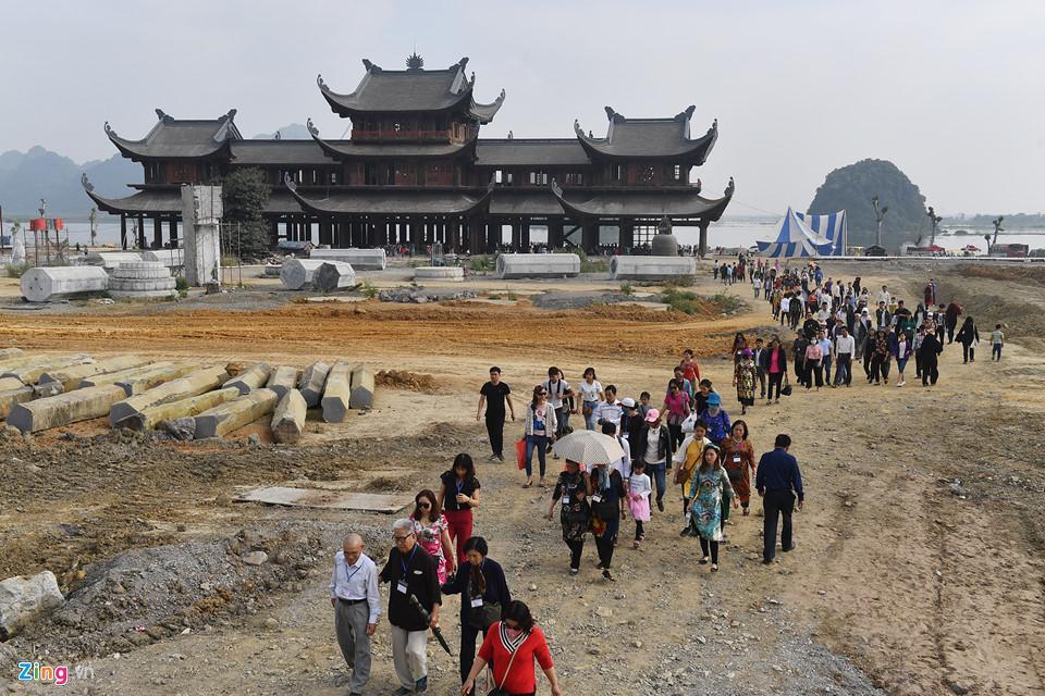 Dòng người đến ngôi chùa lớn nhất thế giới ở Hà Nam dù chưa xây xong-4