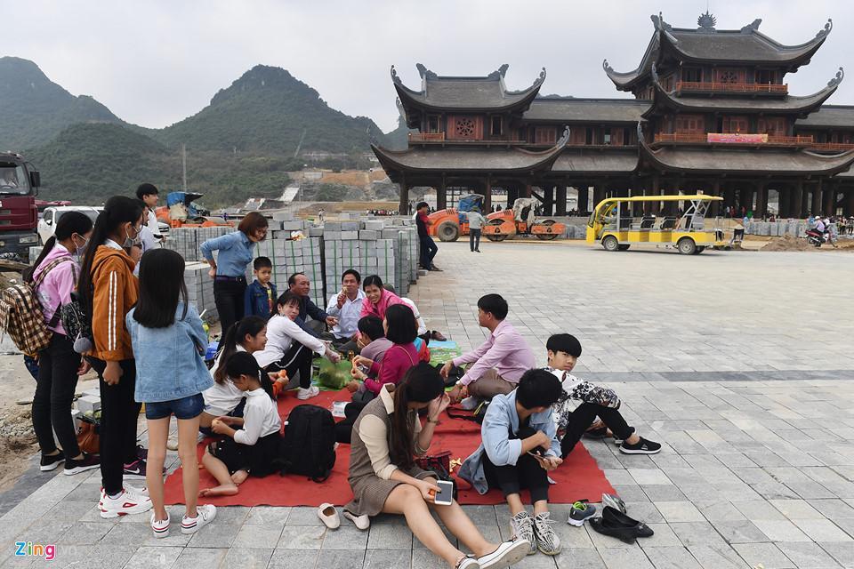 Dòng người đến ngôi chùa lớn nhất thế giới ở Hà Nam dù chưa xây xong-5