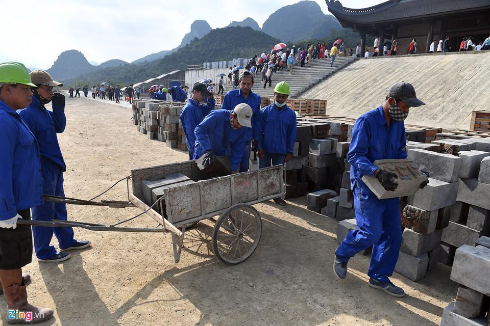 Dòng người đến ngôi chùa lớn nhất thế giới ở Hà Nam dù chưa xây xong-7