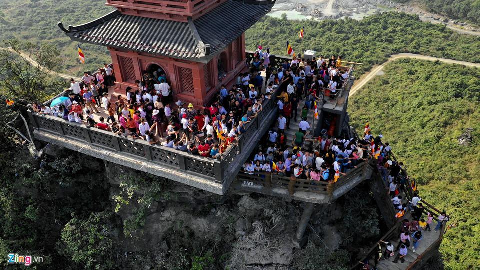Dòng người đến ngôi chùa lớn nhất thế giới ở Hà Nam dù chưa xây xong-15